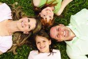 Familie auf einer Wiese