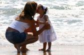 Frau und Kind am Strand